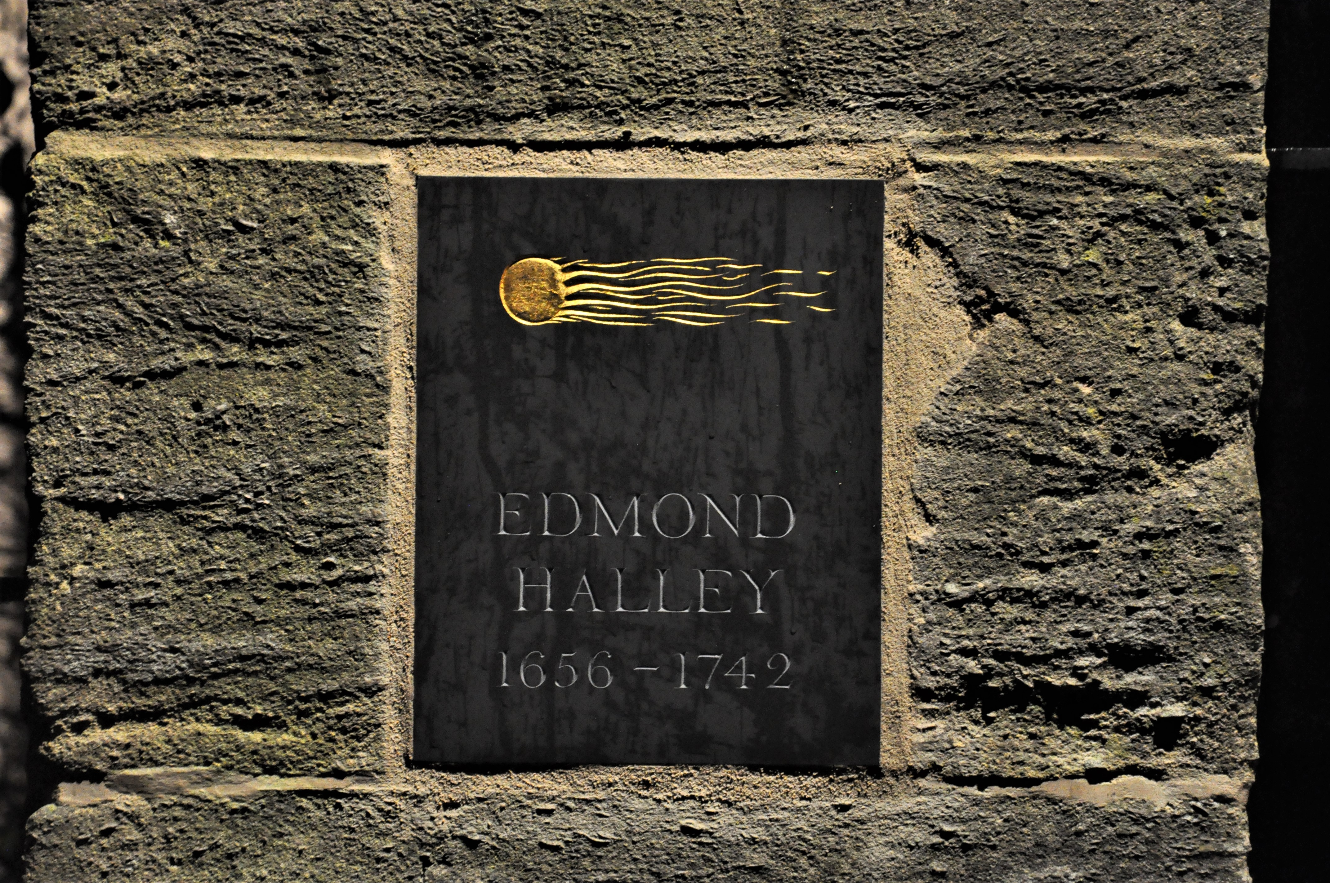 Edmond Halley plaque, including a depiction of a comet
